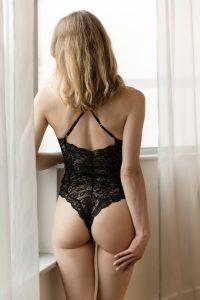 Ella am Fenster