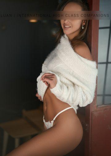 Angelina im weißen Pullover
