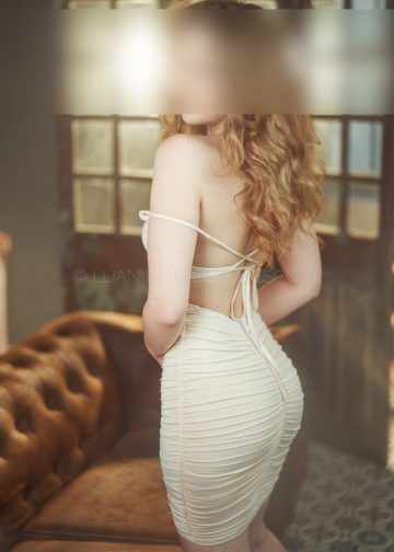 Escort in einem sexy Kleid