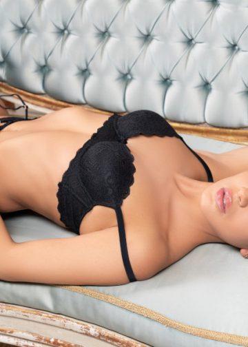 Alessandra verführerisch auf dem Sofa
