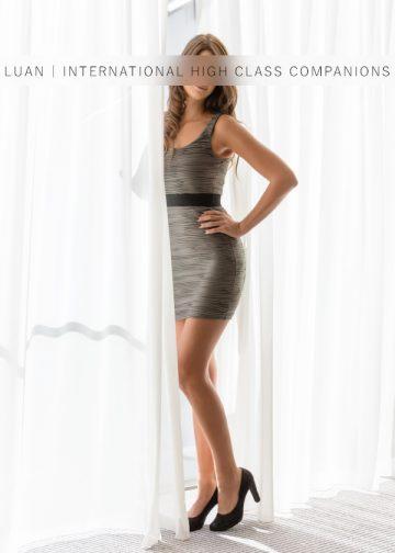 Nicole posiert im Kleid
