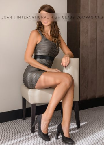 Nicole sitzt auf dem Sofa