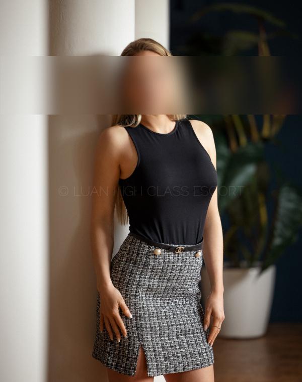 Elegantes Hostess im Businessoutfit