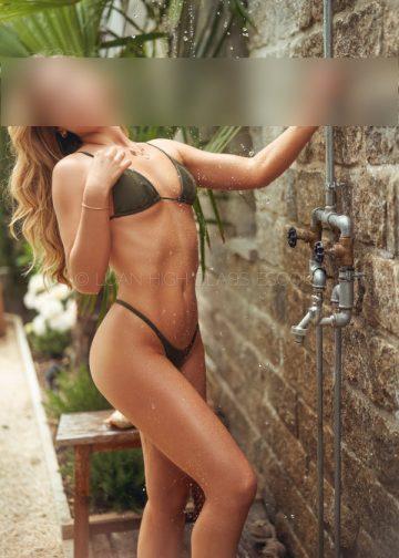 Escortlady raekelt sich im Bikini unter der Dusche